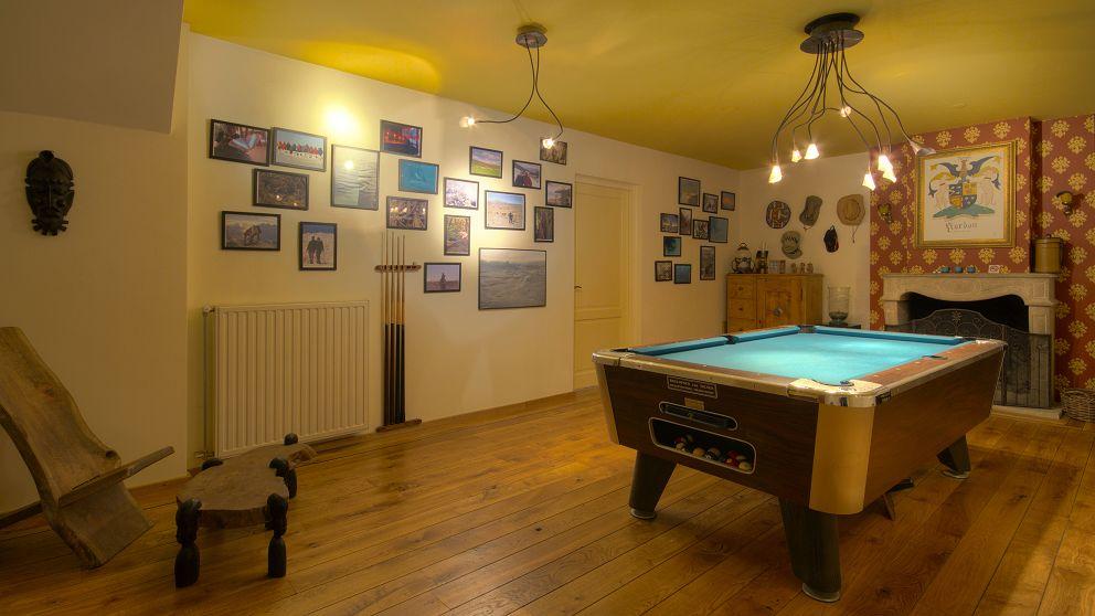 De Wellness Suite beschikt over een eigen poolkamer met open haard