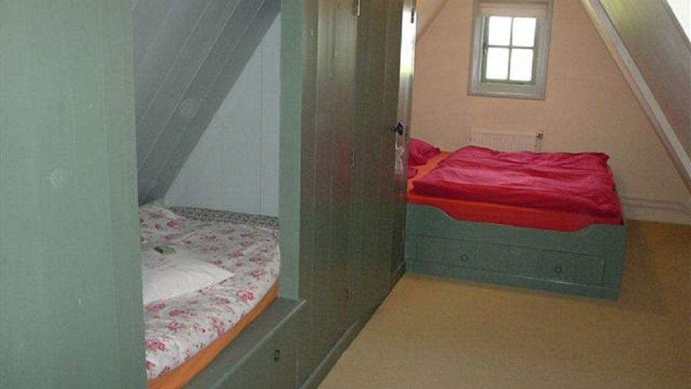 Eerste etage met tweepersoonsbed en een bedstede