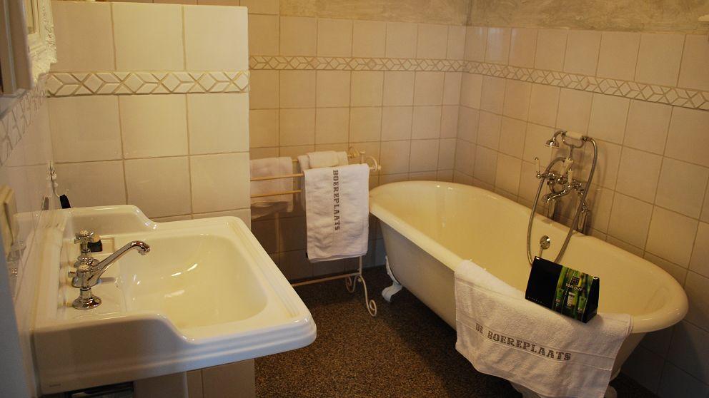 ... badkamer biedt een bad op pootjes, een aparte douche en een toilet