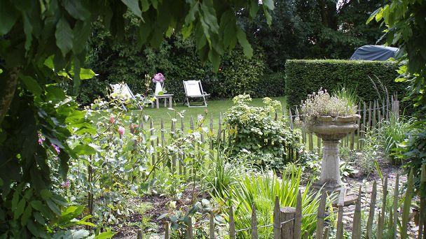 Uw privé-tuin ligt naast het gastenverblijf (u bent de enige gast)