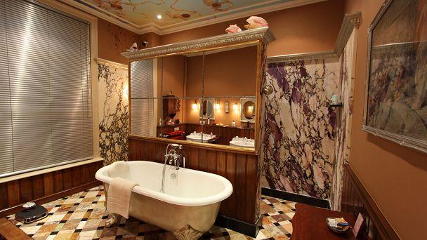 De blikvanger van de rode verdieping: de luxe badkamer